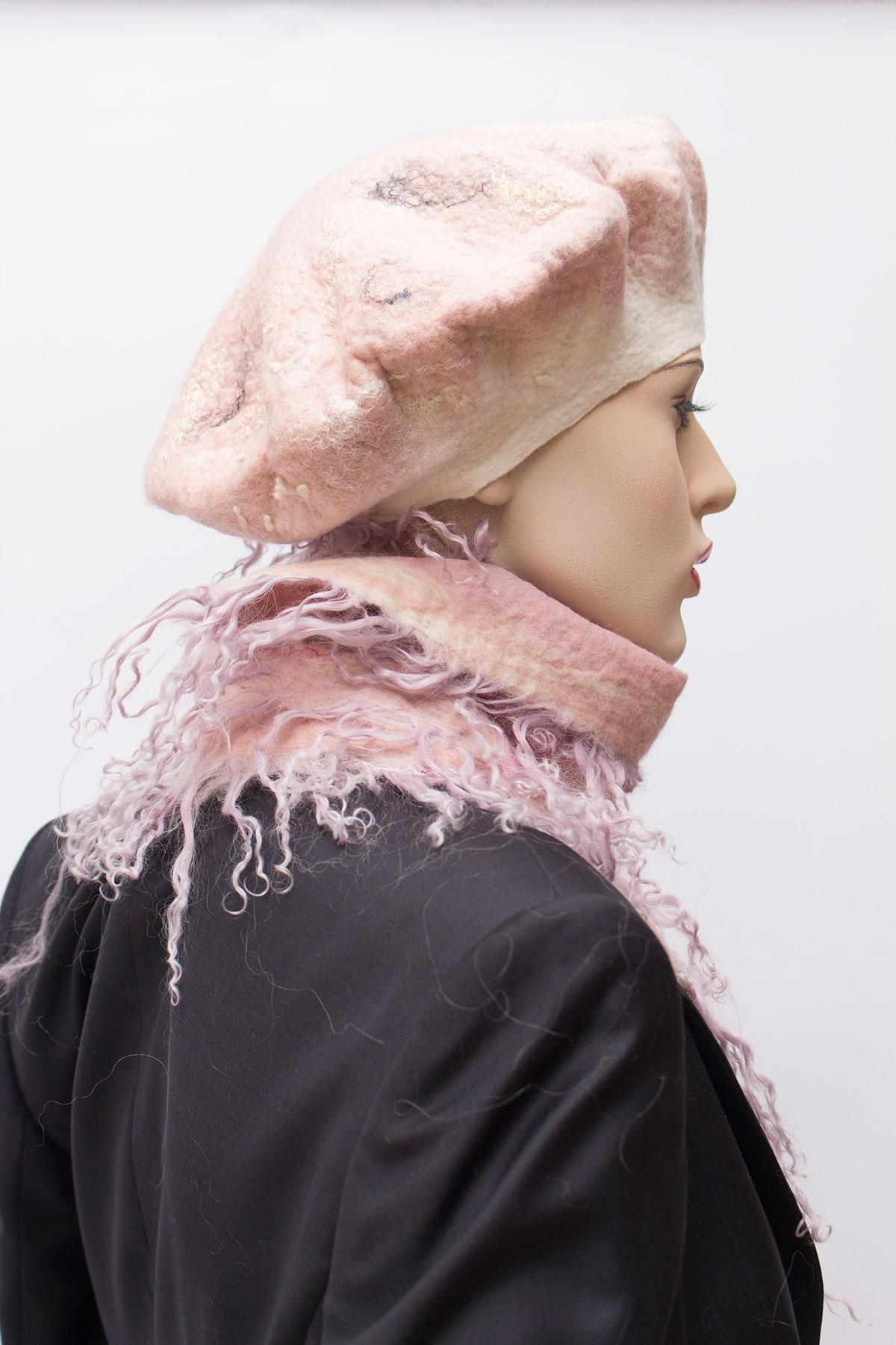 fehér-és-pasztell-rózsaszín-nemez-sap-ka-és-fürtös-sál-01