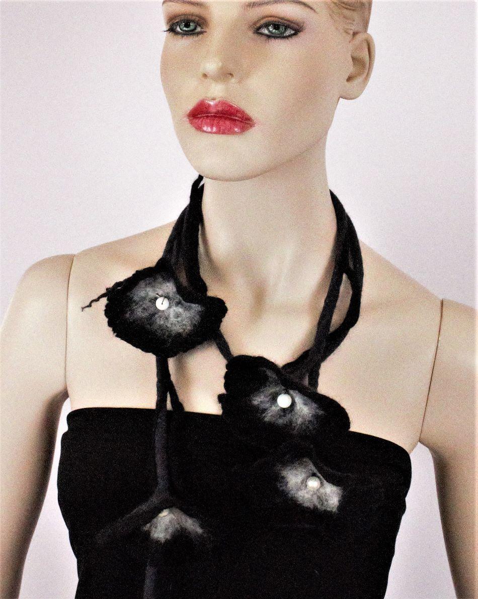 fekete nemez virág