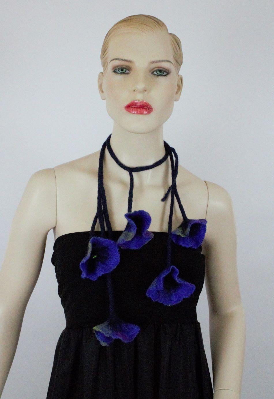 kék virág nyaklánc nemez
