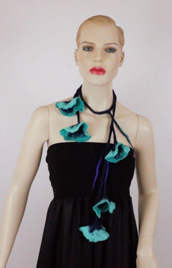 kék virág nyaklánc nemezelve
