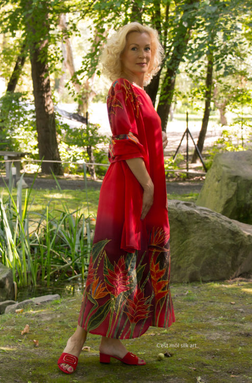 selyem-ruha-piros-trópusi-virágokkal-03