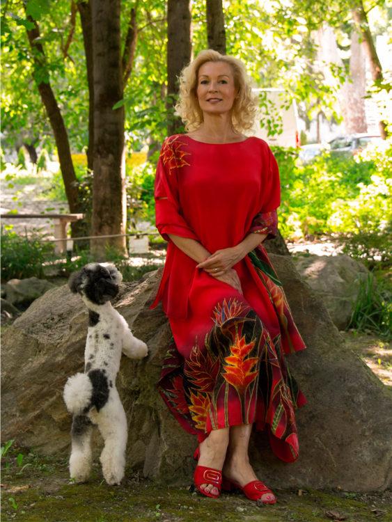 selyem-ruha-piros-trópusi-virágokkal-04